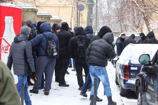 Близько 70 осіб з арматурою увірвались у санаторій в Одесі: фото