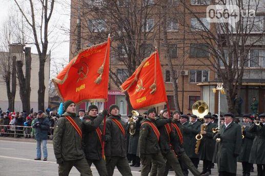 Скандал в Кривом Роге: бойцы Нацгвардии прошли по городу на параде под советскими флагами