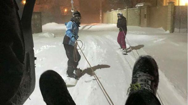 Екстремали в Одесі влаштували нічні катання на сноубордах