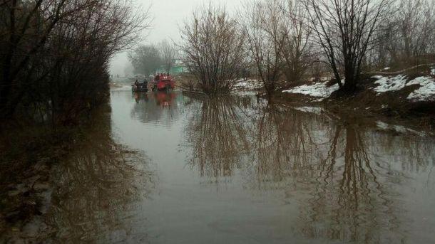 Під Києвом дорога перетворилась на справжнє озеро, людей рятували на човнах