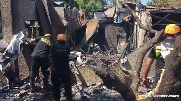 На Філіппінах літак впав нажитловий будинок, є жертви