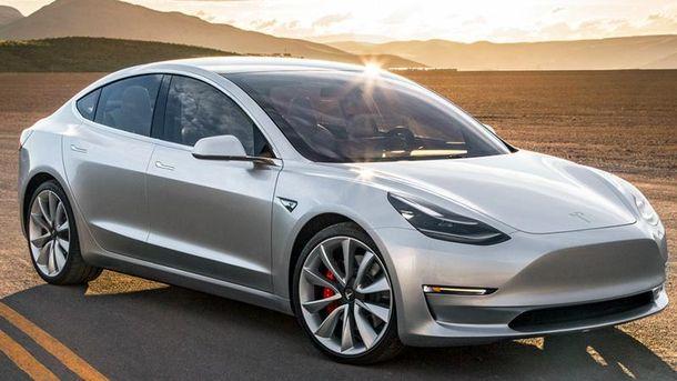 Розряджений електрокар Tesla зміг доїхати до електростанції: відеофакт