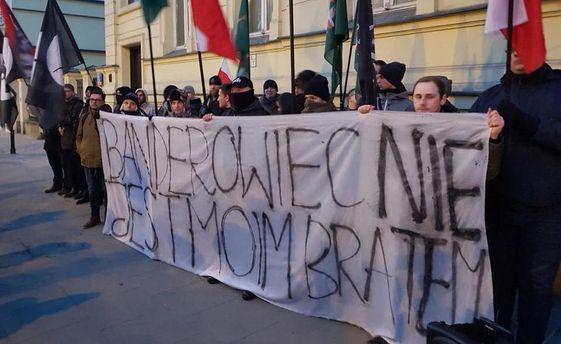 УВаршаві біля посольства України спалили портрети Бандери і Шухевича