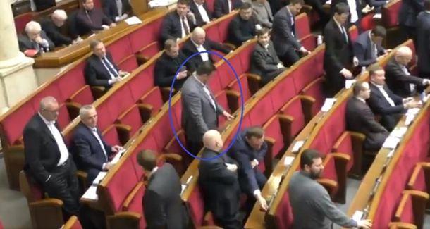 Как народный депутат проголосовал сразу зашестерых политиков: эпичное видео