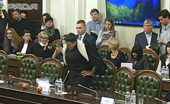 Надія Савченко принесла на комітет два гранати