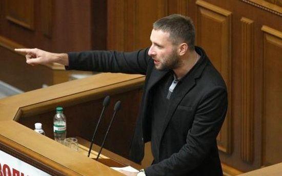 Парасюк отказался проходить через металлоискатель и силой прорвался в Верховную Раду: видео