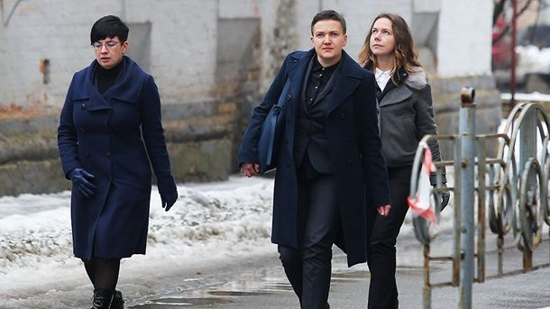 Надія Савченко разом із сестрою Вірою та прес-секретарем Тетяною Проторченко