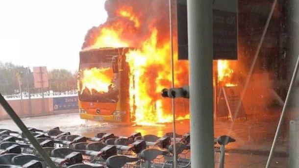 Горящий автобус стал первопричиной  отмены неменее  100 рейсов вбританском аэропорту Станстед