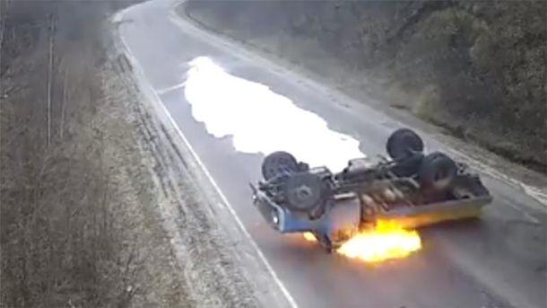 НаТернопільщині натрасі перекинувся і спалахнув молоковоз