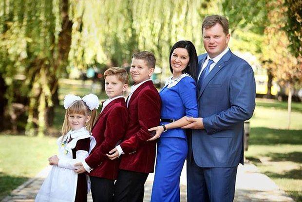 Максим Мельничук з дружиною та дітьми