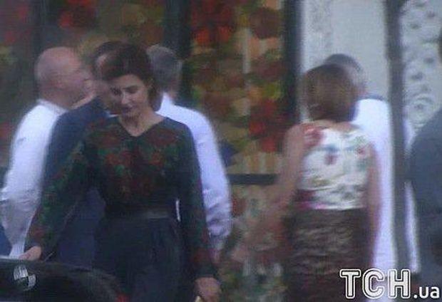 Дружина президента Марина Порошенко обрала для свята вишиту сукню.