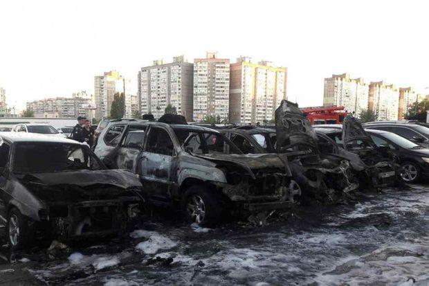 У Києві на автостоянці згоріло 8 авто