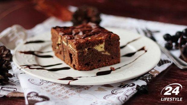 Шокоданий брауні посипте пудрою або натертим шоколадом