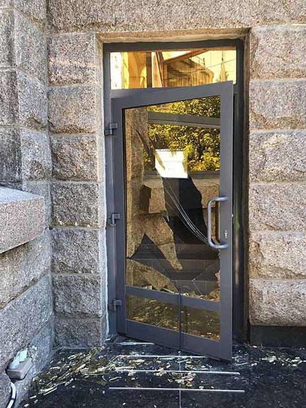 Декілька чоловіків розбили вхідні двері до суду в Одесі