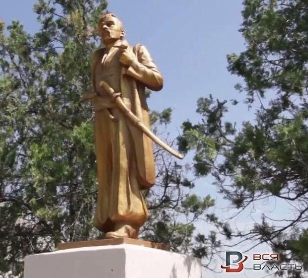 Пам'ятник Леніну перероблено на пам'ятник Орлику