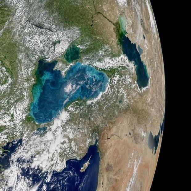 УЧорному морі «розцвіли» бірюзові вихори: NASA показало фото зкосмосу
