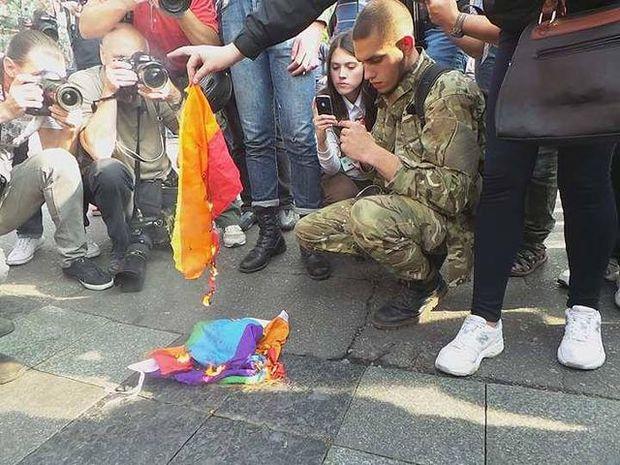 Націоналісти спалили прапор ЛГБТ