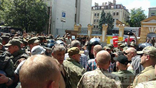 УКиєві під Адміністрацією президента сталися сутички між поліцією та бійцями «Айдару»