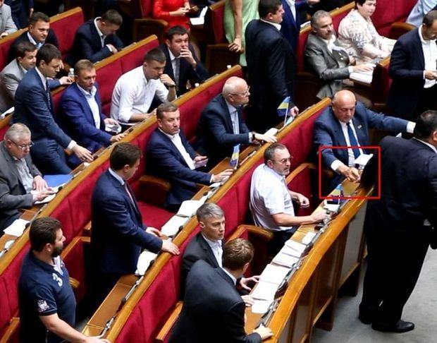 Депутати кнопкодавлять
