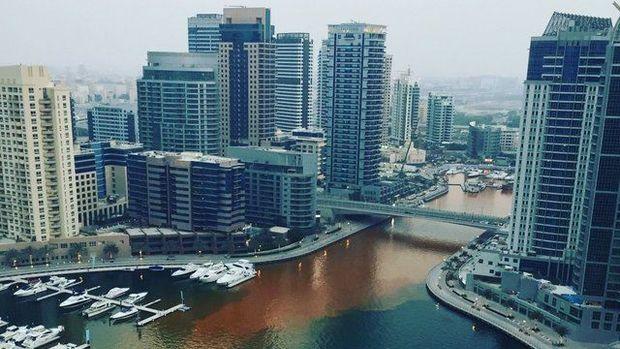 Вода помаранчевого кольору заповнила елітний район Дубай