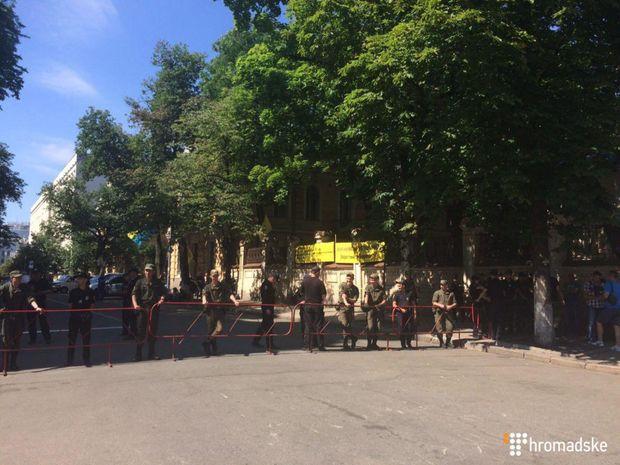 Мітингувальники намагались прорватись крізь кордони поліції