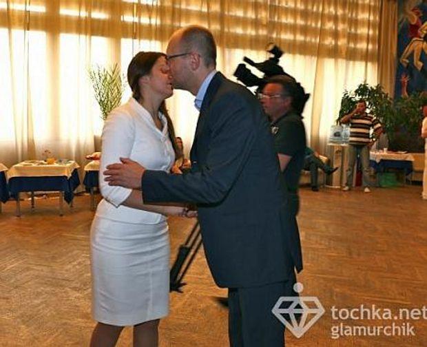 День поцілунків: Яценюк і Женя Тимошенко
