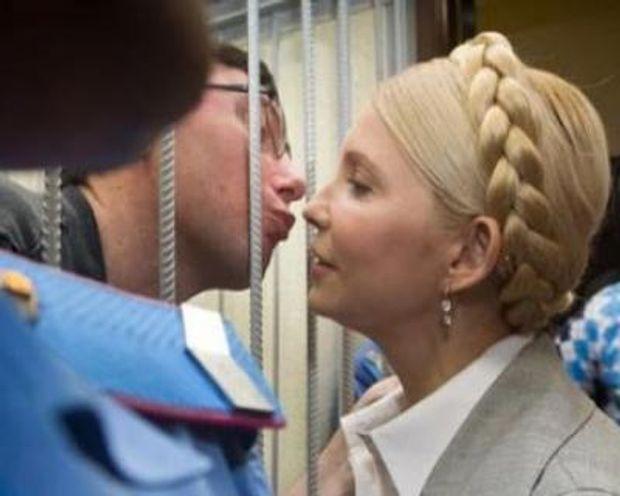 До Дня поцілунків: Луценко цілує Тимошенко