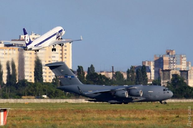 Літаки привезли військовслужбовців