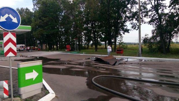 На Київщині авто в'їхало у газовий модель на АЗС