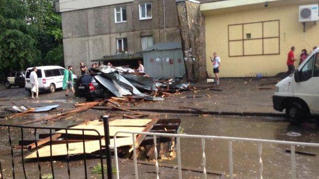 У Львові вітер зірвав дах з будинку