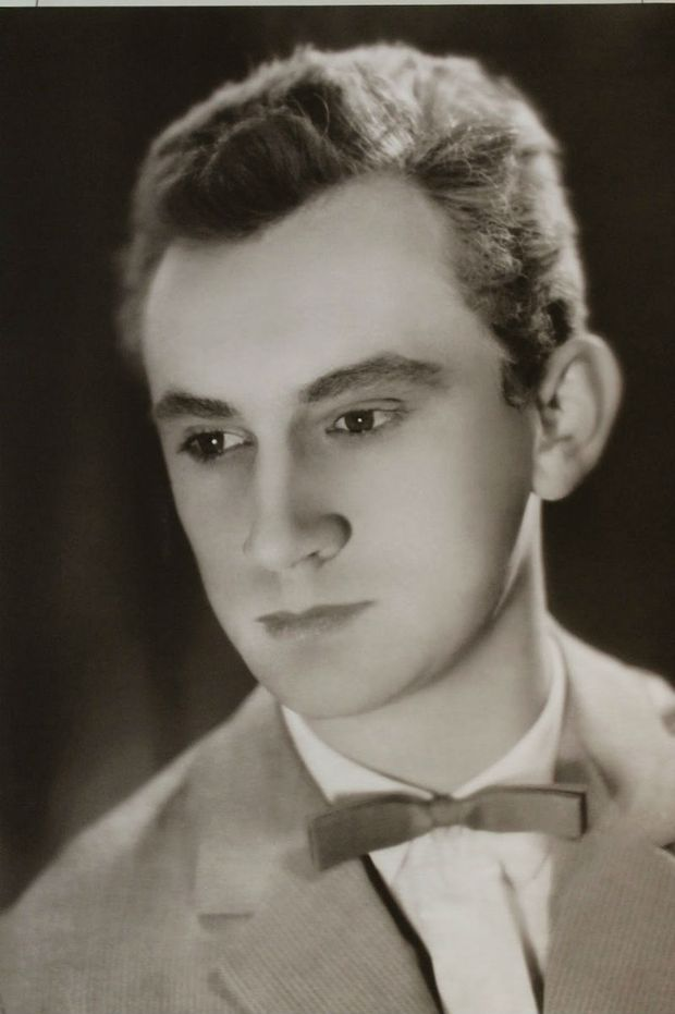 Молодий Богдан Ступка