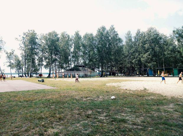 Біля озера є кілька спортивних майданчиків
