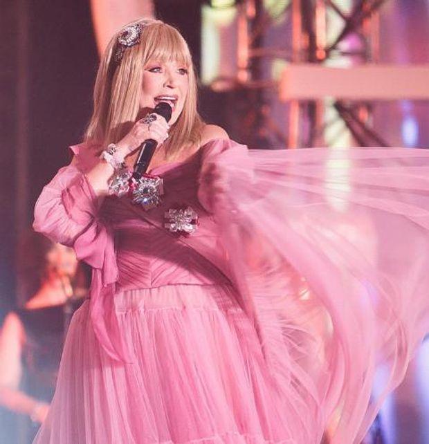 Пугачева в розовом платье на жаре фото