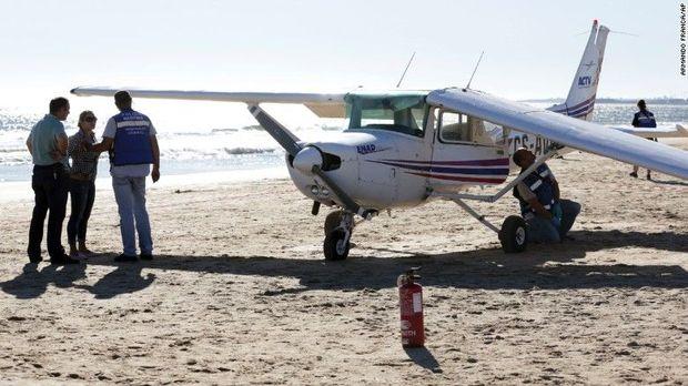 Літак приземлився напляж і збив людей: опубліковані фото