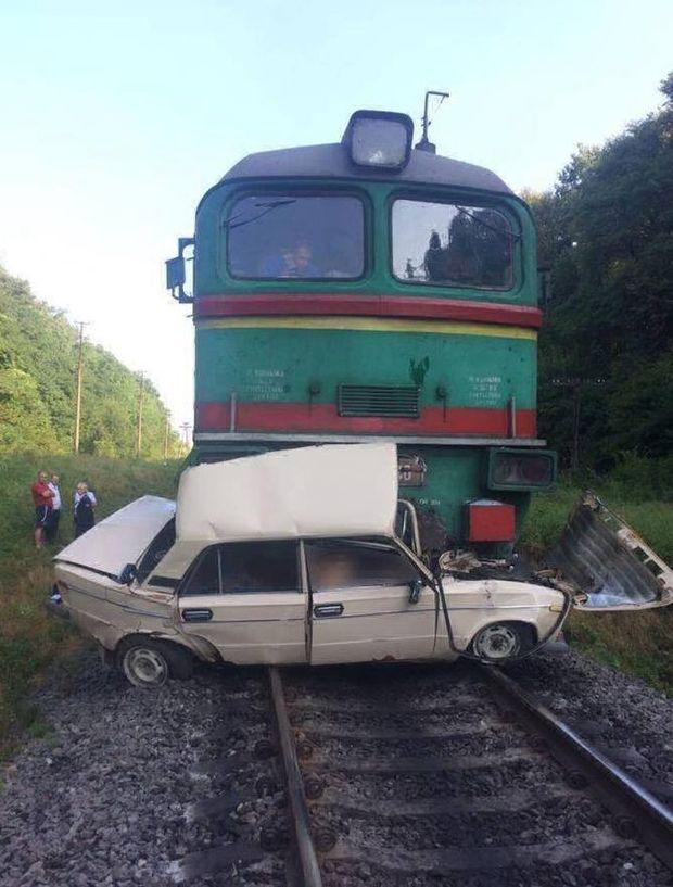 Фото з місця аварії: потяг розчавив легкове авто