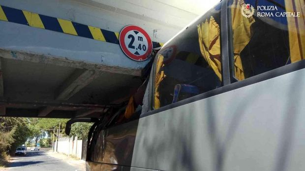Автобус на швидкості врізався у міст