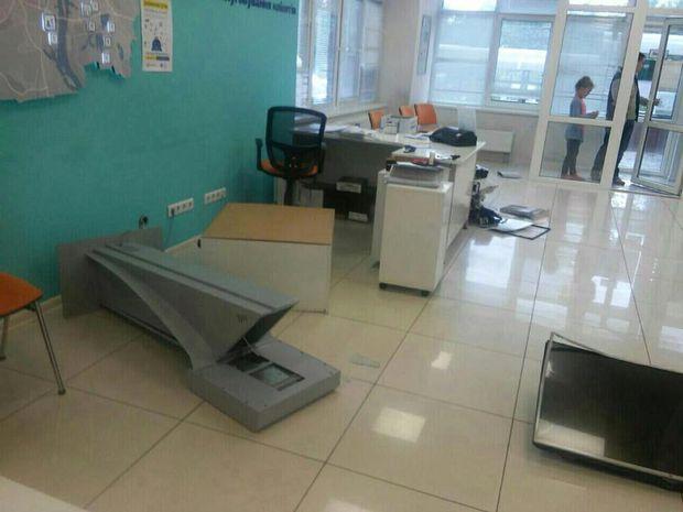 Погроми в офісах