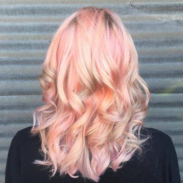 Ніжно-рожевий колір зможе освіжити звичайний блонд
