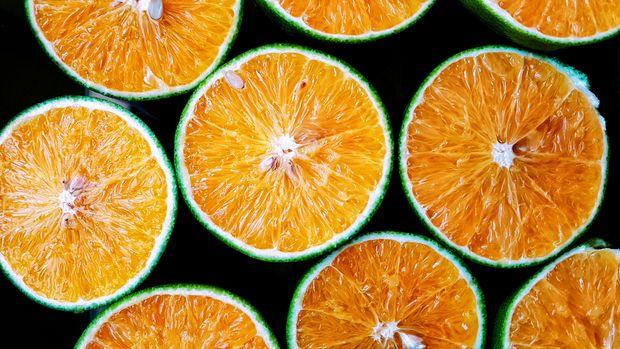 Додайте в свій раціон сезонні фрукти та продукти багаті на вітамін В і С