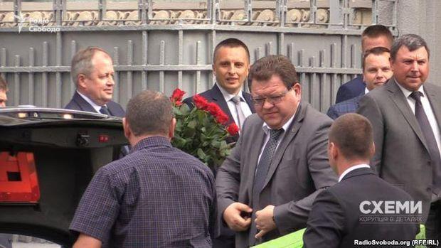 Ярослав Романюк (з трояндами), Богдан Львов (посередині) та Борис Гулько (крайній праворуч) приїхали на ювілей Валерія Гелетея