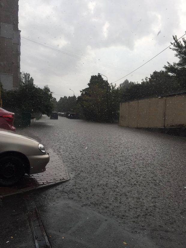 Дощ затопив цілу вулицю на Троєщині, біля станцій метро