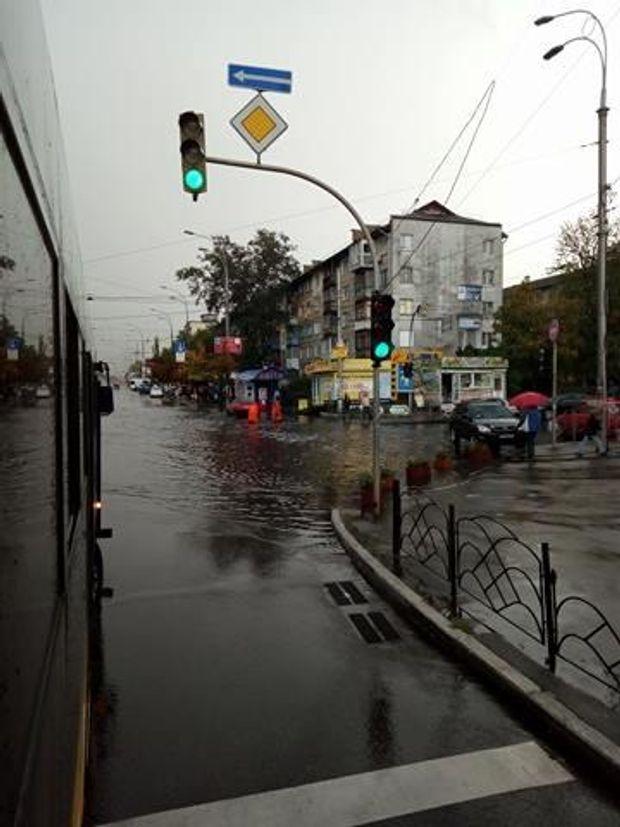 Потужна злива у Києві затопила кілька вулиць