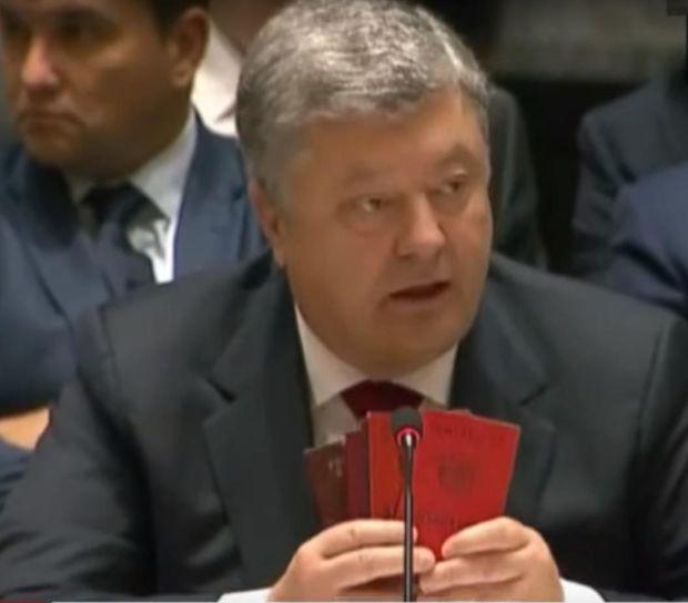 Порошенко показав паспорти російських військових, затриманих на Донбасі