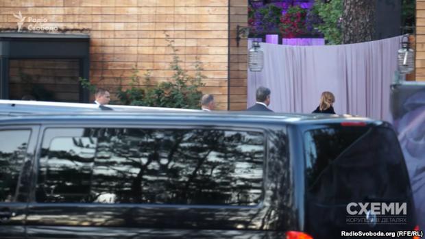 Петро Порошенко разом з дружиною ідуть вітати молодят
