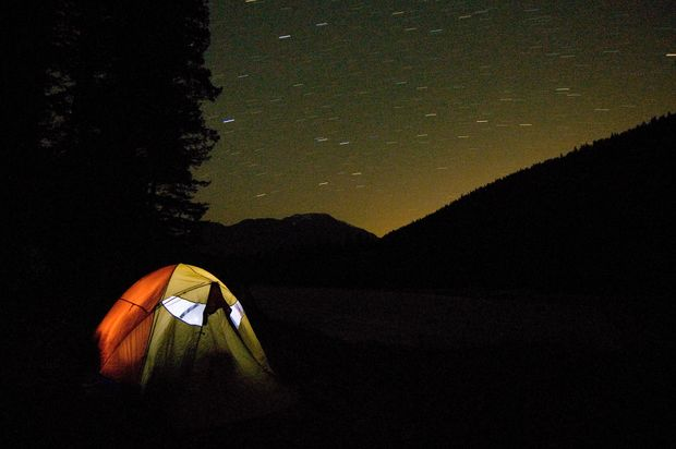 Ліхтарик та пляшка води забезпечать освітлення в палатці