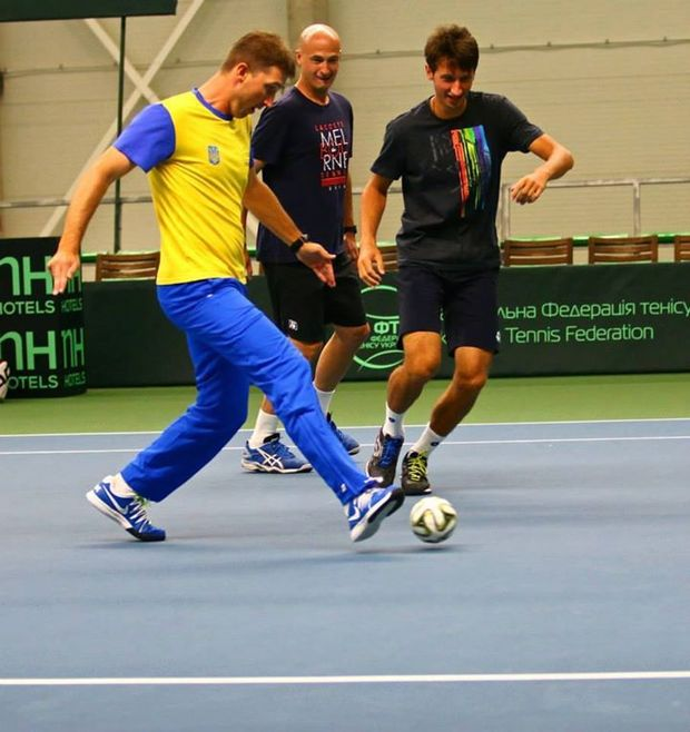 Сергій Стаховський грає в футбол