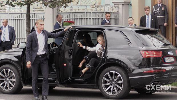 Невістка очільника УДО Валерія Гелетея, якій допомагає вийти з авто співробітник УДО