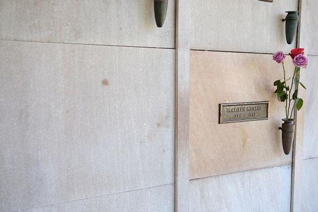 Хефнера поховали біля Мерлін Монро