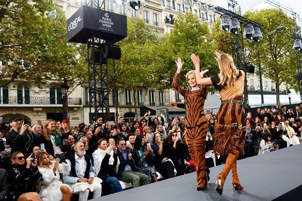 Джейн Фонда на шоу L'Oreal Paris в рамках Тижня моди в Парижі