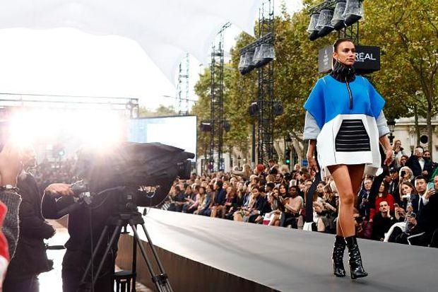 Ірина Шейк на шоу L'Oreal Paris в рамках Тижня моди в Парижі
